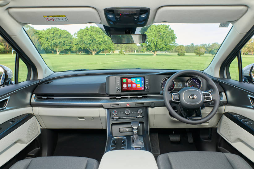 The instruments and dash in the Kia Carnival 2021 S